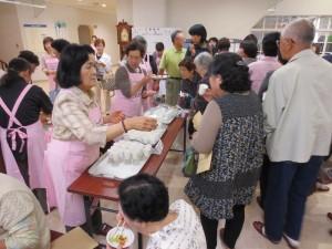 講演後には岩手県栄養士会による「いい塩梅味噌汁」と「龍泉洞黒豚」の無料試食がありました。