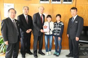 左から三上教育長、中居副校長、伊達町長、菊地美空さん、内村千恵さん、高橋校長