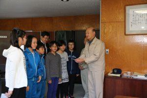 津志田小学校児童から義援金を受け取る町長
