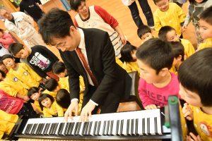 松岡さんの演奏に合わせて歌う園児たち