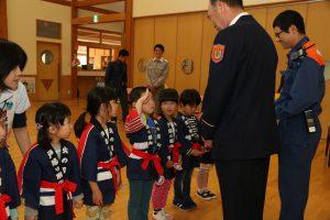 岩泉町・園児が幼年消防クラブのワッペンを受け取る